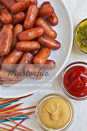 Cocktail Franken mit farbigen Zahnstocher; Senf, Relish und Ketchup
