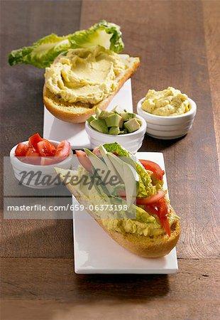 Avocat crème et sandwich tomate