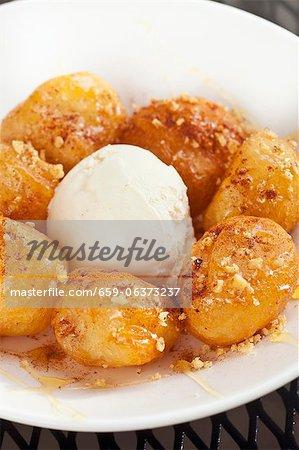 Loukoumades ; Boules de pâte frit grec avec du miel et de cannelle. Glace à la vanille