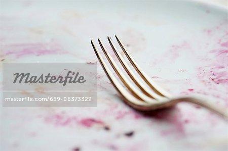 Une fourchette dans une assiette sale