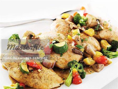 Sautierte Hühnerbrust mit gemischtem Gemüse in einer Weißweinsauce