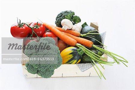 Une boîte de légumes biologiques