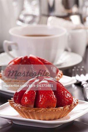 Erdbeer-Törtchen mit Kaffee