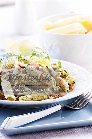 Penne avec sauce aux épinards et saumon coupé en dés