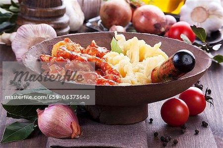 Fricassée de poulet et de tomates avec les pâtes