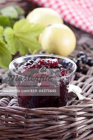 Confiture de cassis et apple dans un bocal en verre