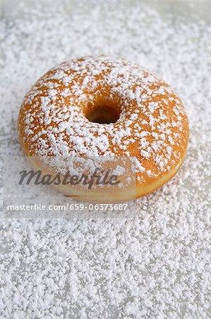 Un beignet saupoudrés de sucre glace