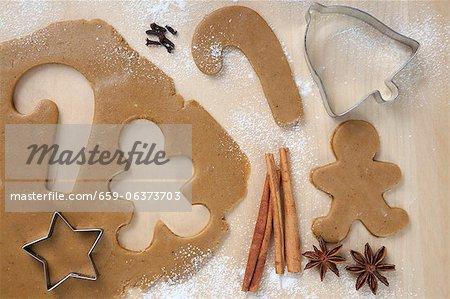 Lebkuchenmann und Zuckerstange aus Plätzchenteig geschnitten; Stern Ausstecher