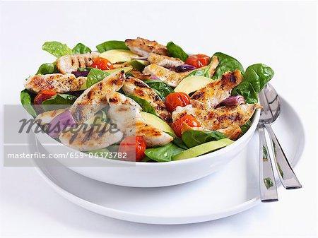 Gegrillte Hähnchen-Salat mit Spinat und Tomaten