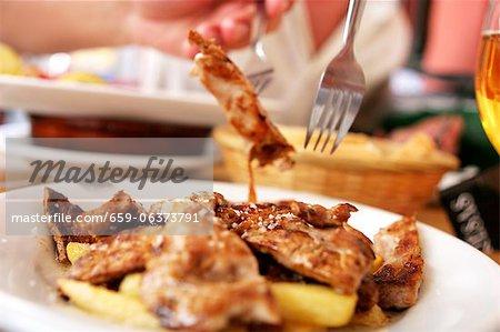 Lanières de veau frit avec pommes de terre frites