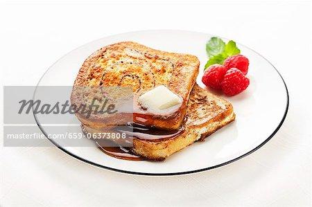 Cannelle Swirl biscottes avec beurre et sirop d'érable