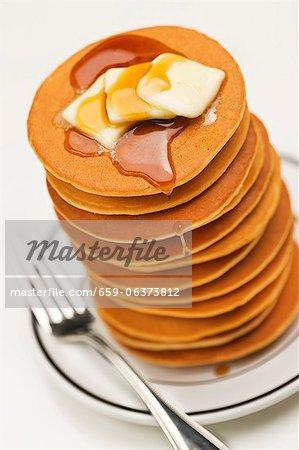 Hohe Stapel von Pfannkuchen mit Butter und Ahornsirup