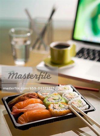 Sushi sur un bureau