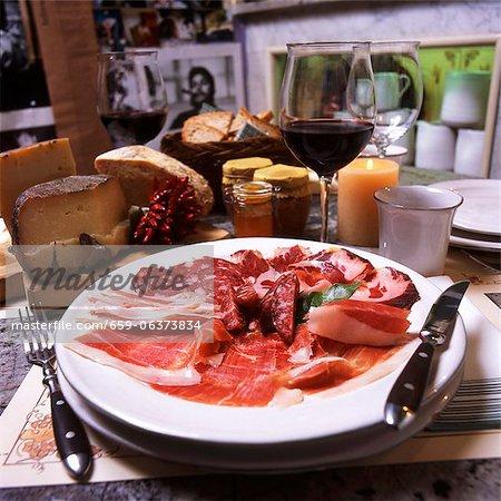 Piatto di salumi (une assiette de hors-d'œuvre de salami et jambon cru)