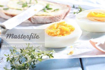 Gekochtes Ei mit Schnittlauch-Brot