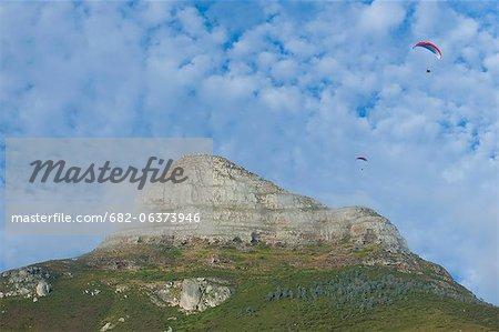 Un faible angle vue de parapentes qui sauta à tête de Lion, un endroit populaire pour extreme sports amateurs, Cape Town, Western Cape, Afrique du Sud