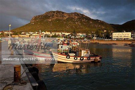 Pêche des bateaux dans le port pittoresque de Kalk Bay situé à False Bay sur la côte de Western Cape, Cape Town, Afrique du Sud