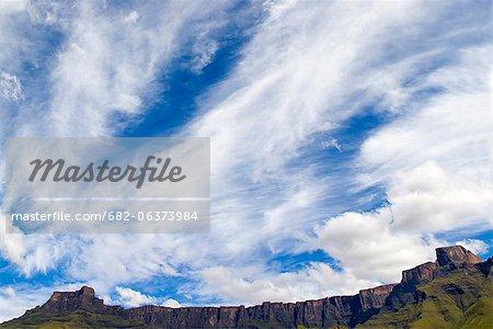 Formation des nuages au-dessus du Drakensberg amphithéâtre, uKhahlamba Drakensberg Park, KwaZulu-Natal, Afrique du Sud
