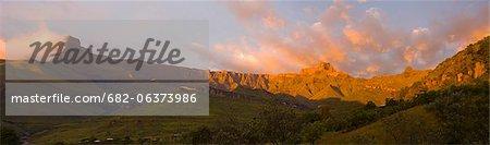 Amphithéâtre du Drakensberg à l'aube, uKhahlamba Drakensberg Park, KwaZulu-Natal, Afrique du Sud