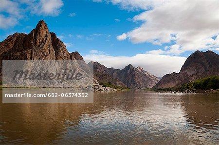 Canoë kayak sur la rivière, montagne de chapeau de sorcières sur la gauche, Orange River, Parc National du Richtersveld, région de Karas, en Namibie, frontière de l'Afrique du Sud
