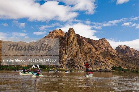 Canoë kayak sur la rivière, sorcières chapeau de montagne dans le Parc National de centre de la rivière Orange, du Richtersveld, région de Karas, Namibie