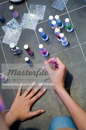 Gros plan d'une adolescente peinture ongles