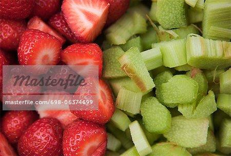 Full-Frame-Schuss von Erdbeeren und Rhabarber Fruchtstücken