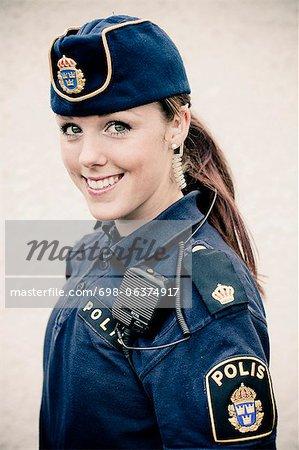Portrait d'un heureux jeune femme policier