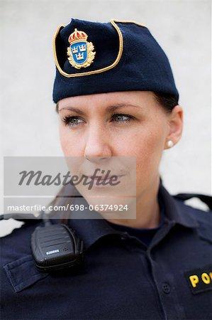 Gros plan d'une jeune policière à la recherche de suite