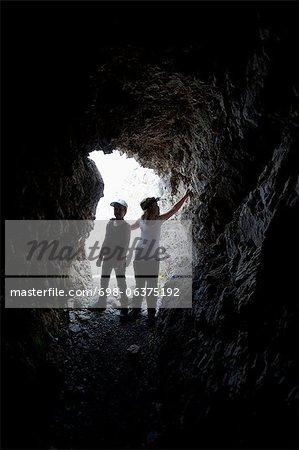 Kleinen Geschwister Höhle erkunden