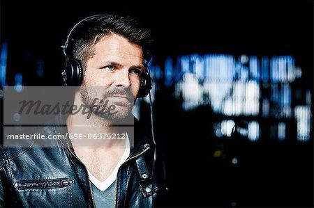 Mitte erwachsener Mann Musik über Kopfhörer hören