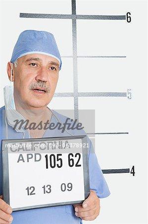 Mug shot du chirurgien masculin senior