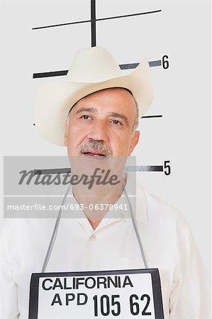 Mug shot d'homme senior à la recherche de suite