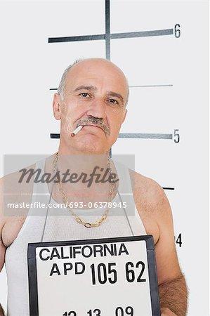 Mug shot de cigarette fumer gangster senior