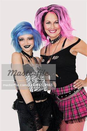 Portrait de happy seniors et jeunes femelles punk sur fond gris