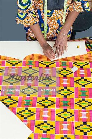 Partie centrale de la styliste femelle marquage motif à la craie sur textile tissu