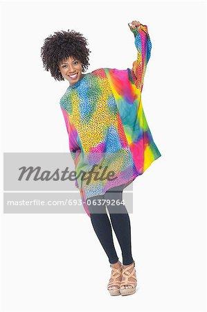 Portrait de toute la longueur d'une femme afro-américaine en due forme dashiki sur fond gris