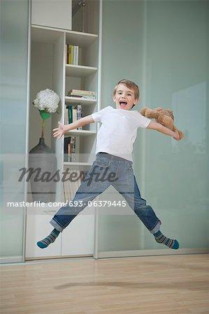 Bildnis eines Knaben in Casuals springen in der Luft