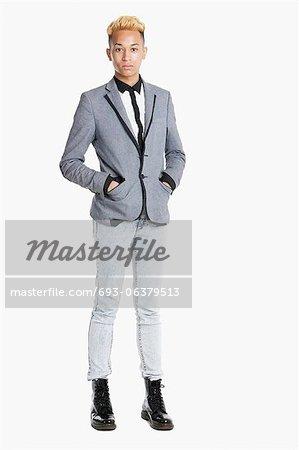 Portrait d'un adolescent debout dans smart occasionnels sur fond gris