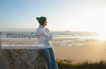 Frau Blick in die Ferne auf Strand, Camaret-Sur-Mer, Halbinsel Crozon, Finistere, Bretagne, Frankreich