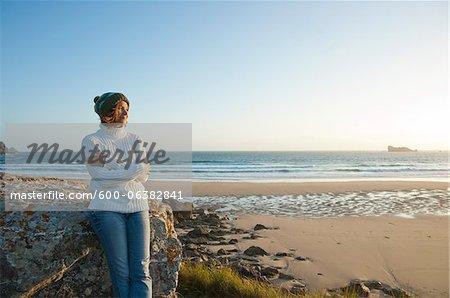 Femme regardant au loin le Camaret-sur-Mer, plage, presqu'île de Crozon, Finistere, Bretagne, France