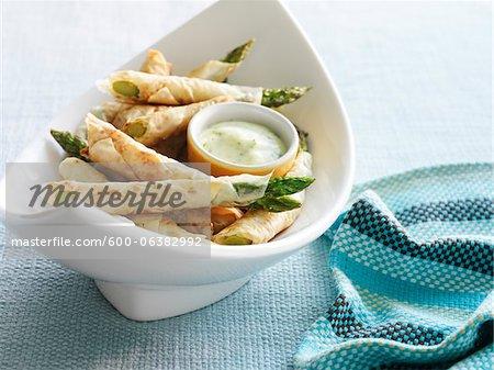 Aparagus umwickelt Filo-Teig Teig mit Zitronen-Kräutersoße