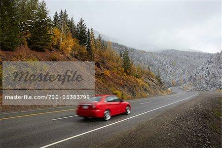 Rotes Auto fahren auf der Autobahn in Bergen
