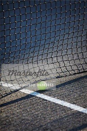 Balle de tennis dans le cadre de Net, Vancouver, Colombie-Britannique, Canada