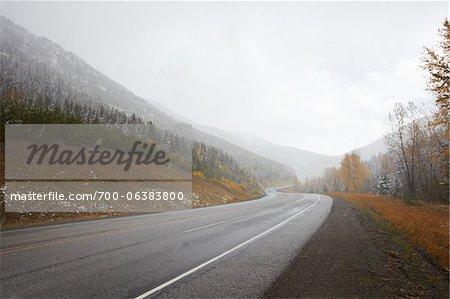 Route de montagne lors de chutes de neige