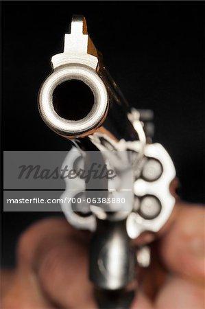 Gros plan de l'homme visant les armes à feu
