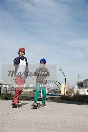 Garçons de planche à roulettes à l'extérieur, Mannheim, Bade-Wurtemberg, Allemagne