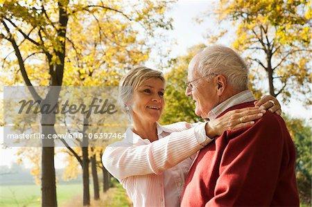 Mature femme avec le père Senior en automne, Lampertheim, Hesse, Allemagne