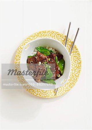 Rindfleisch und Erbsen auf Reis