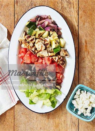 Gehackte Fleisch und Gemüse auf Teller mit Feta-Käse auf Seite
